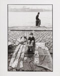 """Tadeusz Rolke, z cyklu Fischmarkt, 1978/1979, Hamburg fotografia czarno-biała, odbitka srebrowa, papier fotograficzny 30 x 24 cm na odwrocie pieczęć artysty; odręczny podpis artysty: """"ARolke"""""""